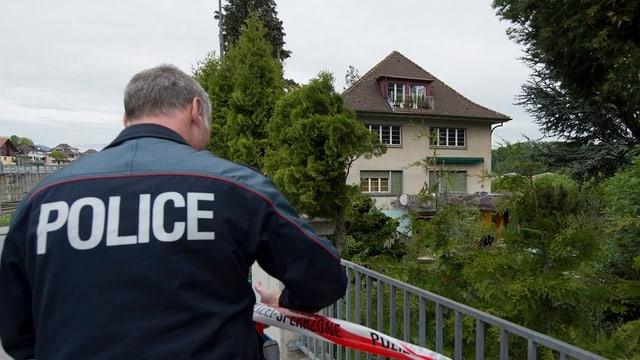 Ein Berner Kantonspolizist sicherte den Tatort in Spiez. Nun soll eine hohe Belohnung zur Täterschaft führen.