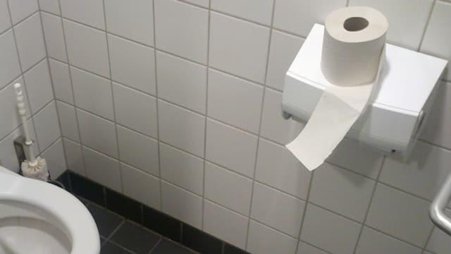 WC-Rolle auf einem WC
