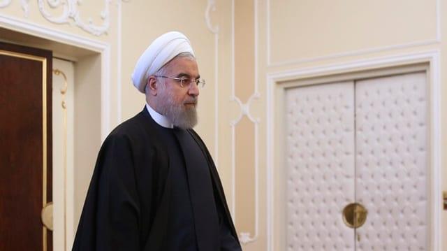 Präsident Hassan Rohani schreitet durch ein Zimmer des Präsidentensitzes in Teheran