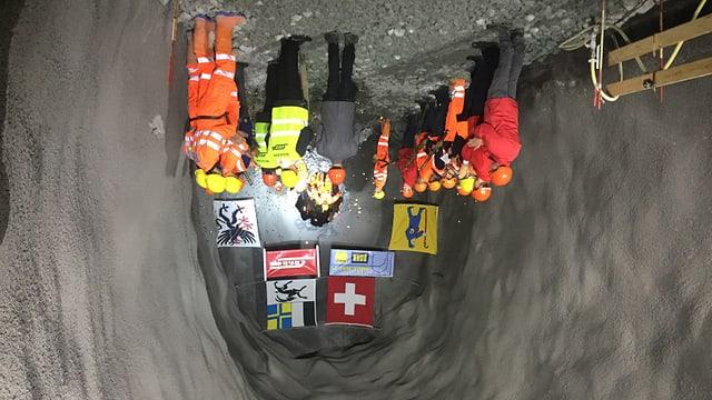 La rusna è tras ed ils miniers fan il pass tras il tunnel.