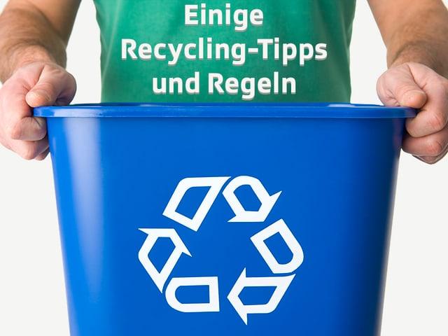 Mann trägt Kübel mit Recycling-Logo