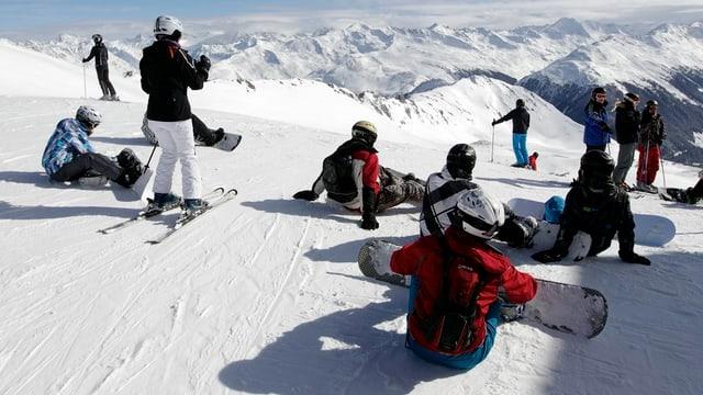 Snowboarder und Skifahrer im Skigebiet Parsenn.