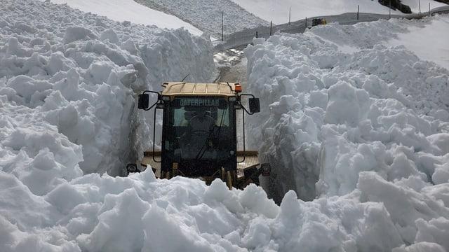 Maschine kämpft sich durch Schneemassen