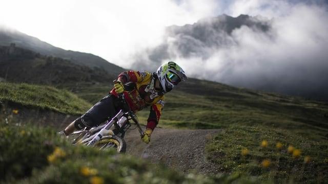 Ein Mountainbiker fährt in der Lenzerheide einen Trail hinunter