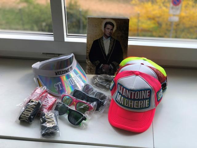 Fanartikel von DJ Antoine auf einem Tisch.
