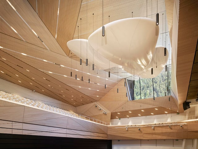 Konzertsaal in Holz, mit von der Decke hängende Mikrophone.