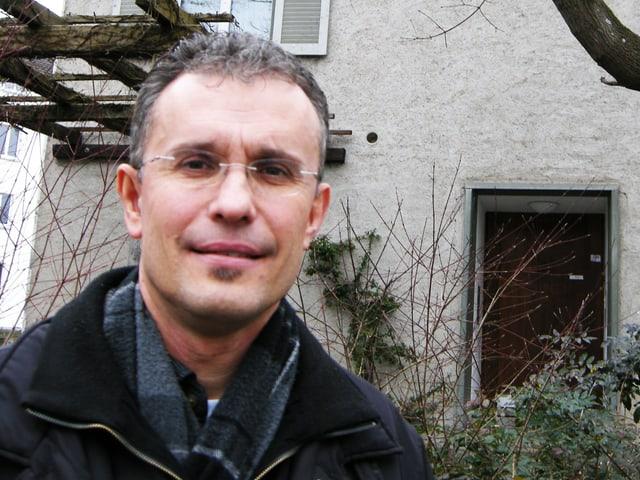 Portrait des Pfarrers Urs Elsener.