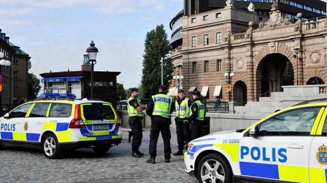 Polizia svedaisa avant il parlament a Stockholm