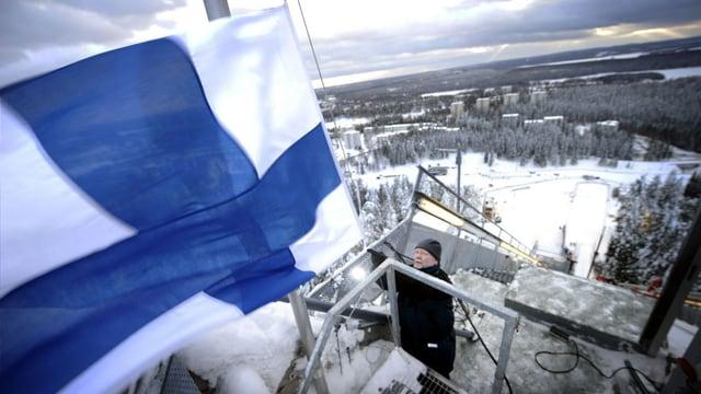 Die finnische Flagge auf einer Skisprungschanze.
