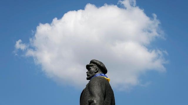 Lenin-Statue mit ukrainischer Flagge in der ostukrainischen Stadt Slaviansk.