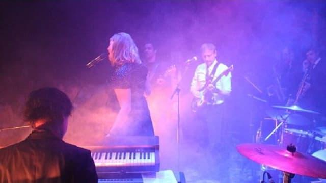 Live Szene bei einem Konzert mit Nicole Bernegger und ihrer Band.