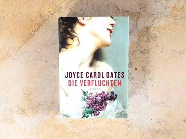 Der Roman «Die Verfluchten» von Joyce Carol Oates liegt auf einer Marmorplatte