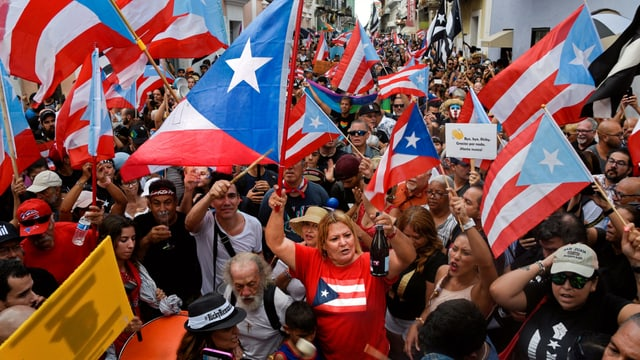 Menschenmenge mit Fahnen Puerto Ricos.