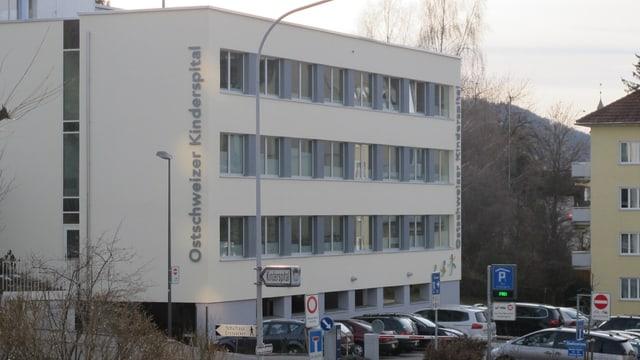 Das Kinderspital in St. Gallen von aussen, einige Autos stehen auf dem Parkplatz davor.