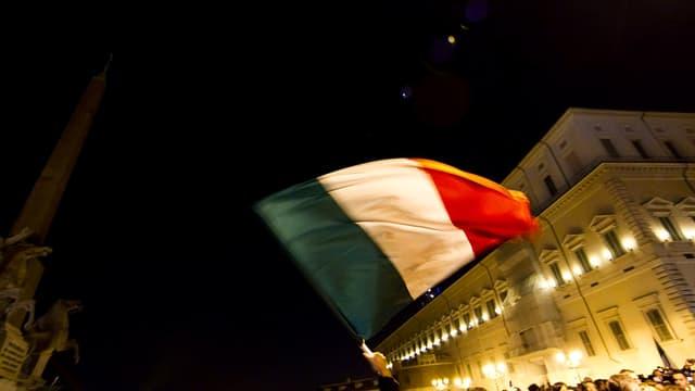 Italien-Fahne, im Hintergrund der Palast des italienischen Staatsoberhauptes
