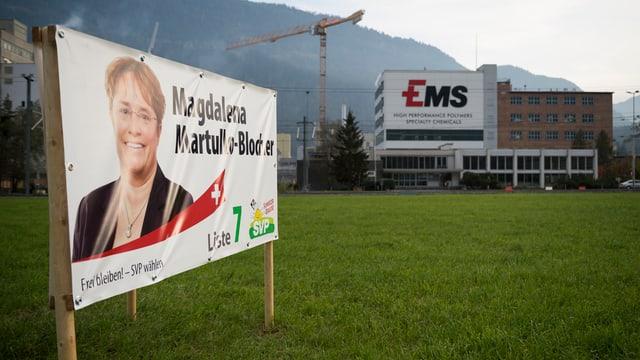 Wahlplakat Martullo-Blocher vor dem Ems-Chemie-Gebäude.