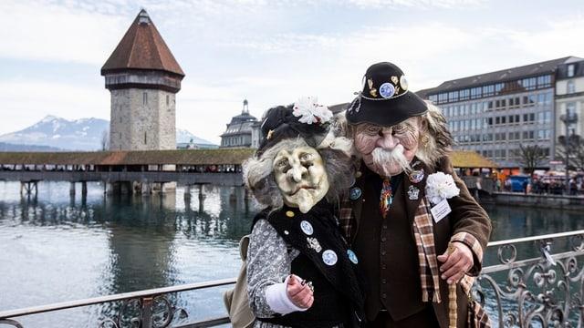 Verkleidete Fasnächtler auf dem Rathaussteg in Luzern.