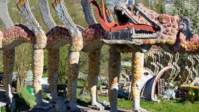 Farbige Skulptur im Bruno-Weber-Park