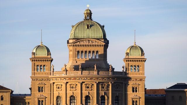 Das Bundeshaus, von der Sonne angestrahlt.