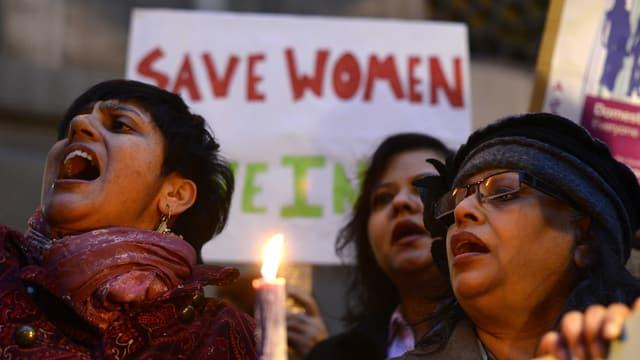 Frauen protestieren in Neu-Dehli gegen die Vergewaltiger.
