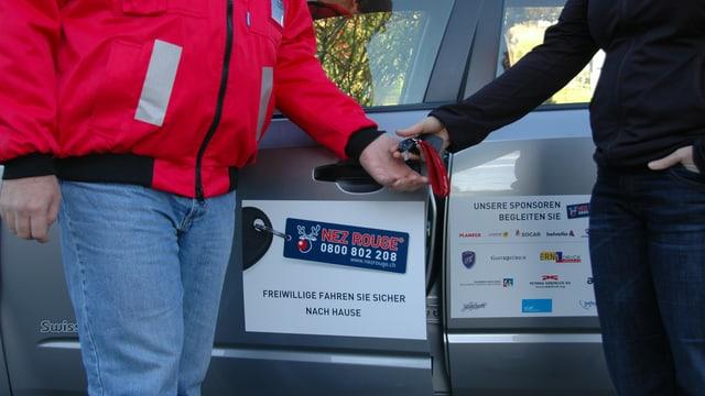 Den eigenen Autoschlüssel einem Nez Rouge-Fahrer übergeben und sich sicher nach Hause fahren lassen. Bis zur Silvesternacht ist das wieder möglich.