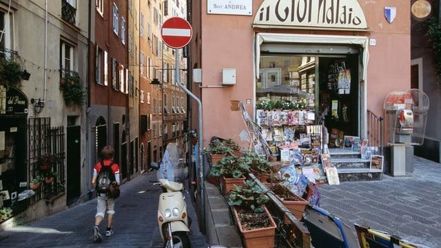 Gasse mit Läden in Genua.