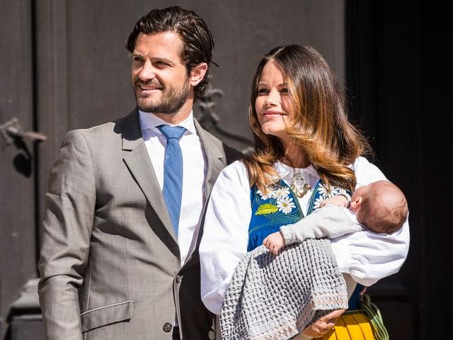 Carl Philip steht neben Sofi. Sie hält den Baby-Prinzen in den Armen.