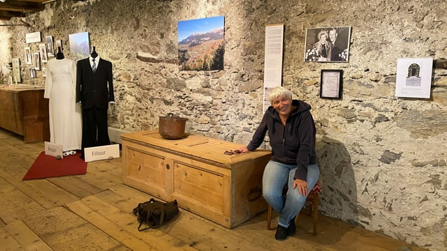 Corina Puorger, la manadra dal museum regiunal Bravuogn sa legra sin l'avertura da l'exposiziun speziala.