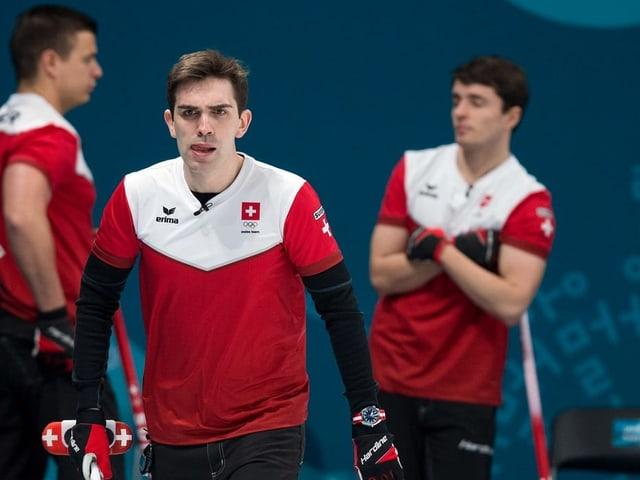 Die Schweizer Curler Valentin Tanner, Peter de Cruz und Benoît Schwarz