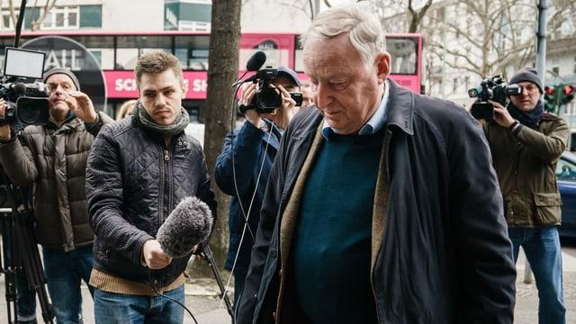 Alexander Gauland in Berlin, dahinter Journalisten