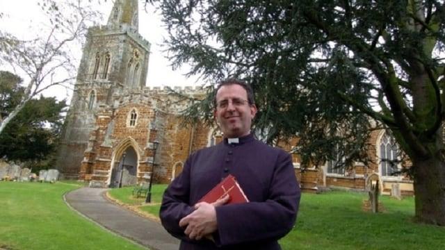 Richard Coles vor der Dorfkirche in Finedon