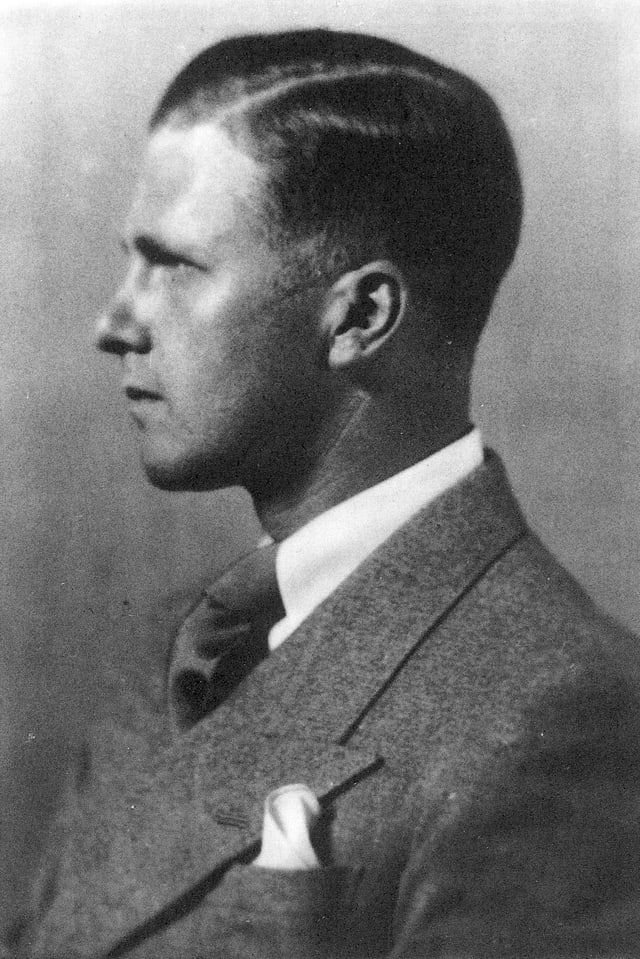 Schwarzweiss-Porträt: Seitenansicht eines jungen Mannes im Anzug.