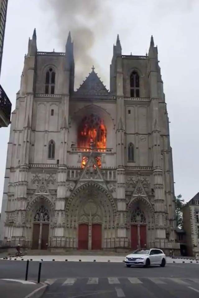 Purtret da la catedrala en flommas.