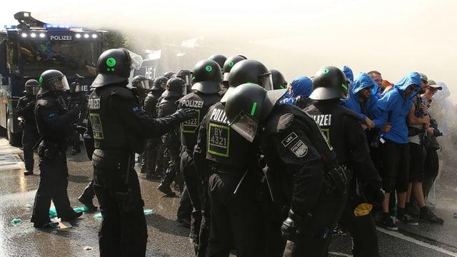 policists e demonstrants amez aua e discordia.