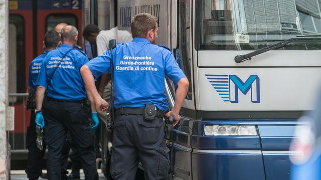 Guardias da cunfin controlleschan in bus cunfugitivs a la staziun da Chiasso.