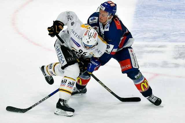 Luganos Thomas Wellinger im Zweikampf gegen Roman Wick von den ZSC Lions.