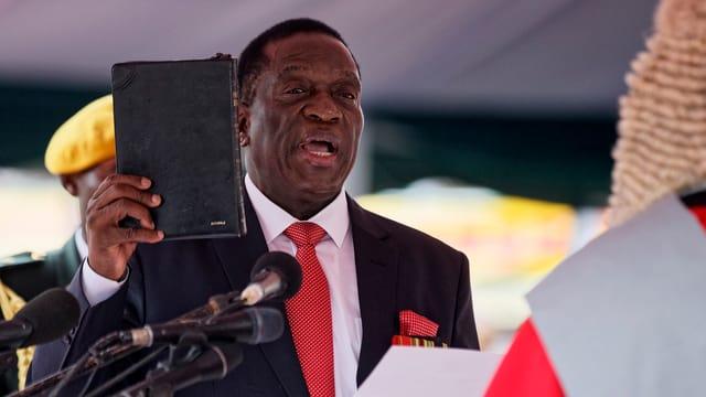 Emmerson Mnangagwa vegn saramentà a Harare.