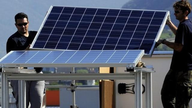 Arbeiter montieren Photovoltaik-Panels