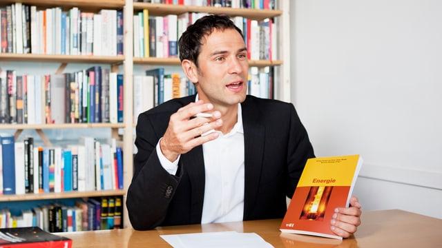 Daniele Ganser an seinem Schreibtisch