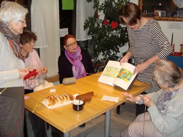 Katharina Schadel zeigt den Strickfrauen Bilder von Paul Klee