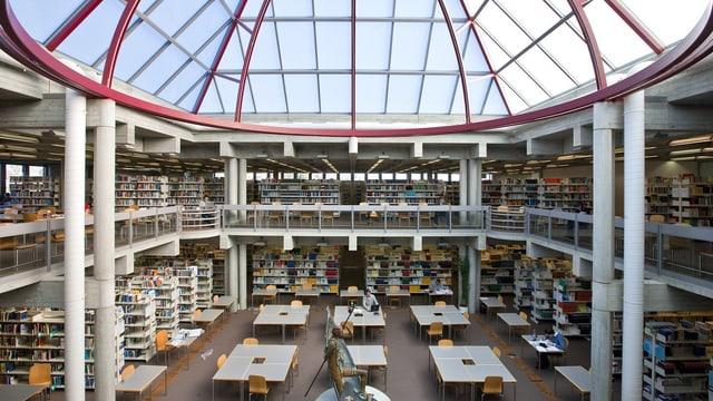 Blick in die Bibliothek der Uni St. Gallen.