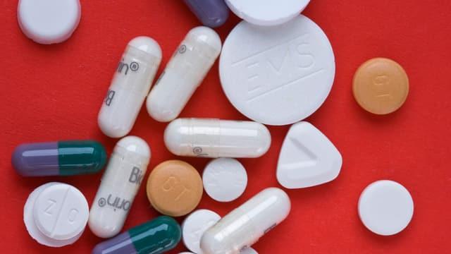 Tabletten vor rotem Hintergrund