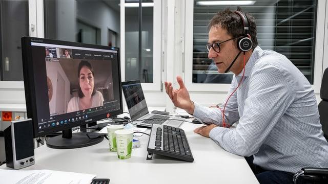 Von seinem Büro aus im Studio Zürich Leutschenbach beantwortet Tristan Brenn Fragen von Journalistik-Studierenden der ZHAW, ...