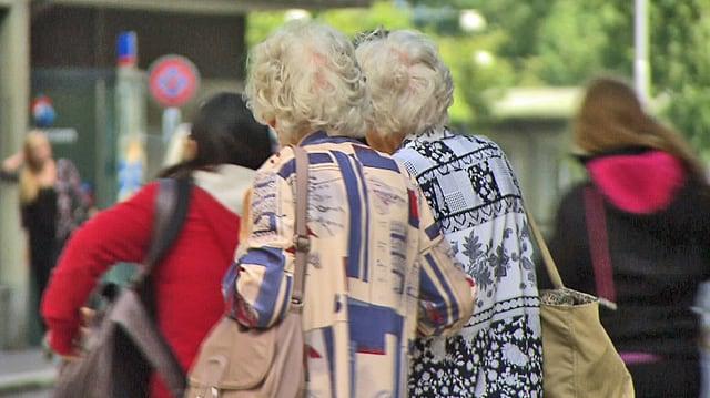 Zwei alte Damen überqueren die Strasse.