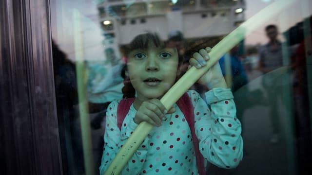 Ina buoba da la Siria sin la navetta che transporta ils fugitivs sin il continent.