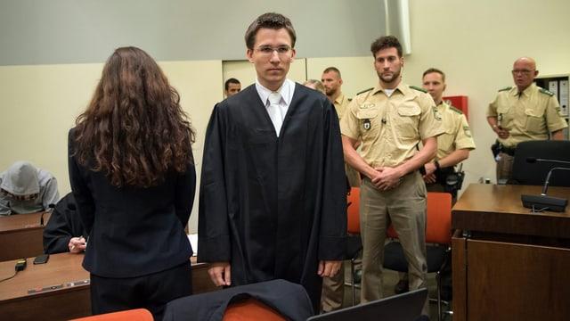 Beate Zschäpe mit ihrem neuen Pflichtverteidiger Mathias Grasel im Gerichtssaal in München, 28. Juli 2015