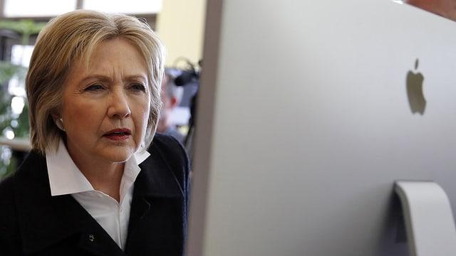 Hillary Clinton avant in computer.