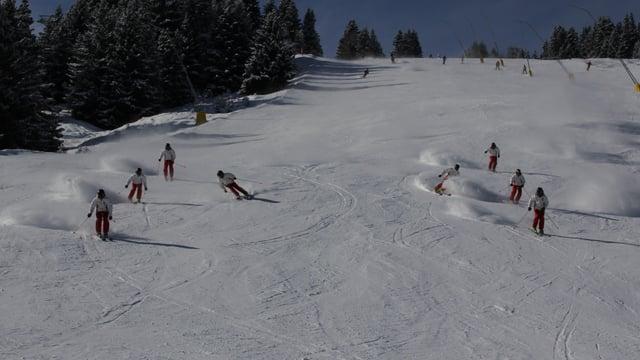 8 skiunz en 2 colonnas da 4 che fan stortas lungas sin pista. En mintga colonna è 1 skiunz vi da vargar ils auters 3.
