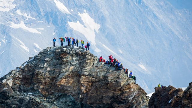 Pliras persunas sin il Matterhorn.