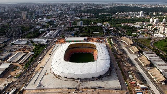 Luftaufnahme des Stadions Arena Amazonia von aussen.